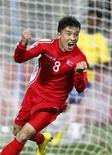 <p>Ji Yun-nam celebra único gol da derrota da Coreia do Norte por 2 x 1 ante o Brasil na estreia na Copa da África do Sul. REUTERS/Kai Pfaffenbach</p>