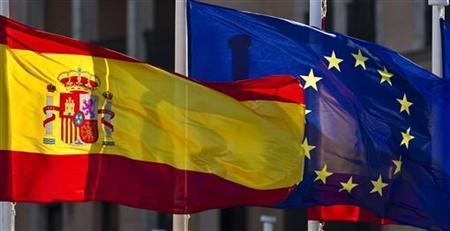 Die Flaggen Spaniens und der EU in Madrid am 26. Januar 2010. REUTERS/Paul Hanna