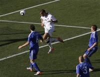 <p>L'égalisation de la Nouvelle-Zélande à la dernière seconde du match contre la Slovaquie mardi (1-1) PAR Winston Reid (au centre) n'a pas ravi tout le monde au pays du long nuage blanc, où un parieur a perdu la coquette somme de 40.000 dollars néo-zélandais (22.600 euros). /Photo prise le 15 juin 2010/REUTERS/Daniel Munoz</p>