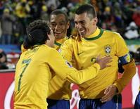 <p>Elano (7) comemora gol contra Coreia do Norte com Gilberto Silva (centro) e Lúcio. O Brasil foi apontado como favorito a vencer a Copa do Mundo pela empresa de apostas britânica Ladbrokes, depois que a campeã europeia Espanha perdeu de 1 x 0 da Suíça. 15/06/2010 REUTERS/Siphiwe Sibeko</p>