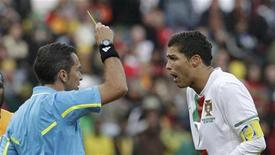 <p>Cristiano Ronaldo levou um cartão amarelo do árbitro uruguaio Jorge Larrionda após se chocar com o lateral-direito marfinense Guy Demel. 15/06/2010 REUTERS/Denis Balibouse</p>