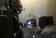 <p>Les députés français ont adopté mercredi une proposition de loi UMP dont l'objet est d'aider à la numérisation des salles de cinéma en créant une contribution des distributeurs de films. /Photo d'archives/REUTERS/Claudia Daut</p>