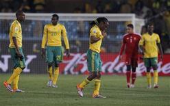 <p>Jogadores sul-africanos deixam campo após derrota por 3 x 0 para o Uruguai na Copa do Mundo. REUTERS/Marcos Brindicci</p>