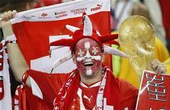 <p>Болельщик сборной Швейцарии радуется победе команды в матче против Испании, 16 июня 2010 года. Сборная Швейцарии по футболу преподнесла пока самую большую сенсацию чемпионата мира в ЮАР, в матче группы H обыграв чемпионов Европы испанцев со счетом 1-0. REUTERS/Paul Hanna</p>