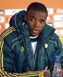 <p>Capitão da seleção sul-africana, Aaron Mokoena, durante coletiva de imprensa no estádio Loftus Versfeld, em Pretória. A África do Sul terá de esquecer as lembranças de um desempenho que desanimou os Bafana Bafana e toda a nação caso queira evitar entrar para a história das Copas do Mundo de forma negativa, disse o capitão do time. 15/06/2010 REUTERS/Thomas Mukoya</p>