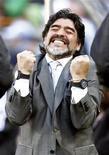 <p>Técnico da seleção argentina, Diego Maradona, comemora após a vitória de seu time contra a Coreia do Sul pelo Grupo B. A Argentina foi inflexível nesta quinta-feira na goleada de 4 x 1 e concretizou o que havia mostrado em alguns momentos da partida de estreia na Copa do Mundo, disse Maradona. 17/06/2010 REUTERS/Eddie Keogh</p>
