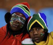 <p>Torcedores sul-africanos após a derrota da seleção contra o Uruguai no Grupo A da Copa do Mundo. Apesar do pessimismo após a derrota na quarta-feira, os organizadores da Copa do Mundo pediram que os torcedores sul-africanos continuem a apoiar o torneio. 16/06/2010 REUTERS/Dylan Martinez</p>