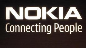 <p>Foto de archivo del logo de la compañía Nokia en su sede de Helsinki, jul 9 2008. Internet se adentra cada vez más en el mundo del móvil y lo está haciendo de la mano de jóvenes de entre 15 y 18 años, quienes marcan la tendencia con un uso más rico e intenso de la Web en sus teléfonos celulares, según un estudio encargado por el fabricante líder de móviles Nokia. REUTERS/Bob Strong</p>