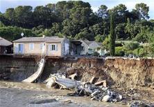 <p>Дом, разрушенный в результате наводнений на средиземноморском побережье Франции, 17 июня 2010 года. Число погибших в результате вызванных проливными дождями наводнений на средиземноморском побережье Франции выросло до 25, сообщили власти департамента Вар на юге страны. REUTERS/Sebastien Nogier</p>