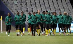 <p>Игроки сборной Камеруна тренируются в Блумфонтейне 13 июня 2010 года. Камерун встретится с Данией в матче группы E чемпионата мира по футболу в субботу. REUTERS/Jorge Silva</p>