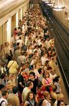 <p>Люди на станции метро в Москве 25 мая 2005 года. Московское метро в конце 2010 года обещает предоставить возможность оплатить проезд с помощью мобильного телефона - при условии покупки специального сервиса у крупнейшего мобильного оператора МТС. REUTERS/Sergei Karpukhin</p>