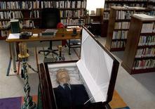 <p>Corpo do escritor português José Saramago é velado em biblioteca em Lanzarote, nas Ilhas Canárias (Espanha). Autor morreu nesta 6a, aos 87 anos. REUTERS/Augusto Finfer</p>