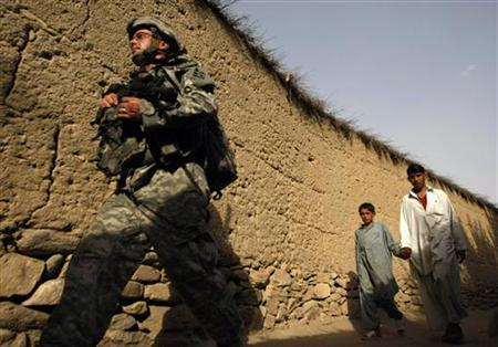 A U.S. soldier from Dagger Company, 2-12 Infantry, 4th Brigade patrols the town of Sundray in the Pesh Valley in Afghanistan's Kunar Province August 6, 2009. REUTERS/Tim Wimborne
