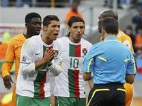 <p>Cristiano Ronaldo reclama com árbitro uruguaio Jorge Larrionda de cartão amarelo que recebeu durante empate em 0 x 0 de Portugal com a Costa do Marfim, na terça-feira, 15 de junho de 2010. Neste sábado, 19 de junho de 2010, foi rejeitado um recurso da delegação portuguesa na Copa do Mundo para cancelar o cartão. REUTERS/Yves Herman</p>