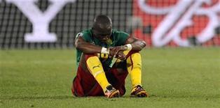 <p>Stephane Mbia, da seleção de Camarões, lamenta derrota que eliminou a equipe da Copa do Mundo neste sábado. Camarões perdeu de 2 x 1 para a Dinamarca e não tem mais chances de se classificar para as oitavas-de-final do torneio. REUTERS/Dylan Martinez</p>