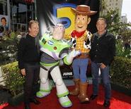 """<p>Imagen de archivo del actor Tim Allen, quien es la voz de Buzz Lightyear, junto a Tom Hanks, la voz de Woody, posando junto a sus personajes en Hollywood. Jun 13 2010. Después de más de una década ausente de las salas, los héroes animados de """"Toy Story 3"""" recaudaron 153,8 millones de dólares en la taquilla internacional durante su fin de semana debut, según estimaciones publicadas el domingo por Walt Disney Co. REUTERS/Danny Moloshok/ARCHIVO</p>"""