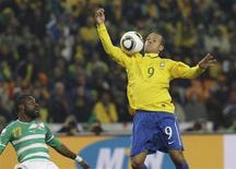 <p>Luís Fabiano ajeita a bola com o braço antes de marcar o segundo gol do Brasil contra a Costa do Marfim. REUTERS/Paulo Whitaker</p>