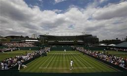 <p>Centre Court is in the background as play gets under way on the outside courts at the 2010 Wimbledon Tennis Championships in London June 21, 2010. REUTERS/Suzanne Plunkett</p>