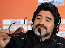 """<p>Técnico da seleção argentina, Diego Maradona, antes da coletiva de imprensa no estádio de Loftus Versfeld. Maradona disse que o segundo gol de Luís Fabiano na vitória do Brasil por 3 x 1 sobre a Costa do Marfim pela Copa do Mundo não foi feito com a """"mão de Deus"""", mas com o braço. 21/06/2010 REUTERS/Enrique Marcarian</p>"""