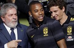 """<p>Presidente Lula fala com os jogadores Robinho (centro) e Elano em Brasília, antes da partida da equipe para o Mundial. Lula disse nesta segunda-feira que a seleção brasileira tem agora de preocupar-se com o """"olho gordo"""", após a vitória sobre a Costa do Marfim. 26/05/2010 REUTERS/Ricardo Moraes</p>"""