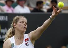 <p>A belga Kim Clijsters durante jogo contra a italiana Maria Elena Camerin em Wimbledon. Clijsters venceu por 6-0 e 6-3. 21/06/2010 REUTERS/Suzanne Plunkett</p>