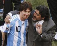 <p>O técnico da seleção argentina, Diego Maradona (dir) abraça Lionel Messi após jogo contra a Coreia do Sul em Soccer City. Apesar de a seleção argentina optar por escalar muitas novidades contra a Grécia, Lionel Messi voltará a liderar a poderosa linha ofensiva da equipe na Copa do Mundo. 17/06/2010 REUTERS/Amr Abdallah Dalsh</p>