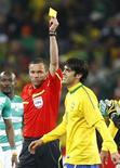 <p>Kaká recebe o segundo cartão amarelo. Expulso contra a Costa do Marfim, seu primeiro cartão vermelho pela seleção brasileira, Kaká vai desfalcar o Brasil na decisiva partida do Grupo G da Copa do Mundo contra Portugal, na sexta-feira, em Durban.20/06/2010.REUTERS/Kai Pfaffenbach</p>