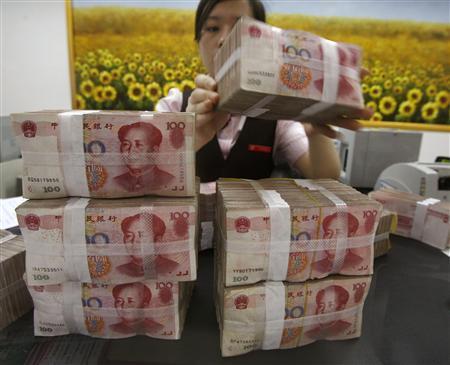 A teller counts yuan banknotes at a China Merchants Bank branch in Ganzhou, Jiangxi province, June 21, 2010. REUTERS/Bobby Yip