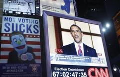 <p>Foto de archivo del presidente de Estados Unidos, Barack Obama, durante una transmisión de la cadena CNN emitida en un monitor en Times Square, Nueva York, ago 28 2008. CNN dejará de usar fotos, artículos y videos de Associated Press, informó el lunes la cadena de noticias estadounidense, que usará más recursos propios para cubrir historias urgentes y en profundidad. REUTERS/Joshua Lott</p>