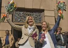 <p>Barbara Castelein e Mirthe Nieuwpoort (dir) da Holanda, conhecidas como as garotas Bavaria, comemoram arquivamento do processo judicial em frente ao tribunal em Johanesburgo. 22/06/2010 REUTERS/Michael Kooren</p>