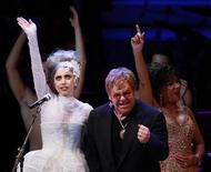 """<p>Lady Gaga e Elton John durante comemoração do 21o aniversário do Rainforest Fund em Nova York. A cantora pop norte-americana Lady Gaga terminou seu novo álbum, depois de o disco de estreia, """"The Fame"""", ter chegado ao topo das paradas mundiais. 13/05/2010 REUTERS/Lucas Jackson</p>"""