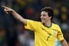 <p>Elano da seleção brasileira comemora gol contra a Costa do Marfim em jogo pelo Grupo G da Copa do Mundo. O meia não participou do treino da seleção nesta terça-feira para ser submetido a tratamento no tornozelo direito machucado no último jogo. 20/06/2010 REUTERS/Adnan Abidi</p>