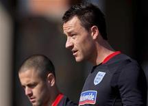 <p>John Terry (dir) e Joe Cole da seleção inglesa durante sessão de treino próximo a Rustemburgo. Terry se desculpou por insinuar haver desentendimentos entre os jogadores da Inglaterra. 22/06/2010 REUTERS/Marcos Brindicci</p>