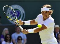 <p>O espanhol Rafael Nadal durante jogo contra o japonês Kei Nishikori em Wimbledon. Nadal pareceu nem ter ido embora de Wimbledon, e obteve uma vitória implacável por 6-2, 6-4 e 6-4. 22/06/2010 REUTERS/Toby Melville</p>