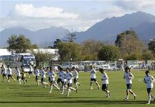 <p>Футболисты сборной Японии во время тренировки, 22 июня 2010 года. Дания встретится с Японией в заключительном матче группы E на чемпионате мира в четверг. REUTERS/Toru Hanai</p>