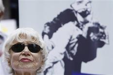 <p>Edith Shain, a enfermeira da icônica foto de Alfred Eisenstaedt, em frente a uma cópia da imagem na Times Square, em Nova York, 14 de agosto de 2009. A enfermeira que ficou famosa por uma foto na qual aparecia beijando um marinheiro norte-americano na Times Square de Nova York em 1945, comemorando o fim da Segunda Guerra Mundial, morreu aos 91 anos, informou sua família na terça-feira. REUTERS/Lucas Jackson/Arquivo</p>