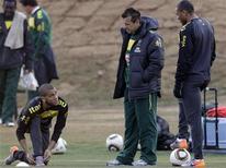 <p>Daniel Alves (esq.), o técnico Dunga e Julio Baptista durante sessão de treino em Johanesburgo. Os jogadores entraram no lugar de Kaká e Elano, respectivamente, no treino coletivo desta quarta-feira. 21/06/2010 REUTERS/Paulo Whitaker</p>
