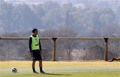 <p>Meio-campista Andrea Pirlo participa de sessão de treinamento na África do Sul: jogador ficará no banco contra a Eslováquia. REUTERS/Stefano Rellandini</p>