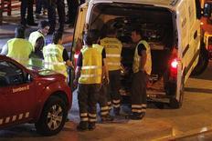 <p>Спасатели готовятся забрать тела жертв аварии на железной дороге, недалеко от Барселоны 24 июня 2010 года. Высокоскоростной поезд сбил насмерть 12 человек, которые пытались перейти железнодорожные пути неподалеку от Барселоны, сообщили испанские СМИ в четверг. REUTERS/Gustau Nacarino</p>