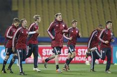 <p>Игроки сборной Дании по футболу во время тренировки в Рустенбурге 23 июня 2010 года. Дания встретится с Японией в заключительном матче группы E на чемпионате мира в четверг. REUTERS/Toru Hanai</p>