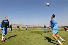<p>Криштиану Роналду (справа) контролирует мяч во время тренировки сборной Португалии, Магалисбург 24 июня 2010 года. Сборные Португалии и Бразилии встретятся в финальном матче группы G на чемпионате мира по футболу в пятницу. REUTERS/Francisco Paraiso/Handout</p>