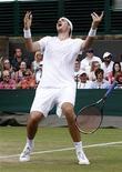 <p>الامريكي جون ايسنر يحتفل بالفوز على منافسه الفرنسي نيكولا ماهو في بطولة ويمبلدون للتنس في لندن يوم الخميس في مباراة هي الاطول في تاريخ التنس - رويترز</p>