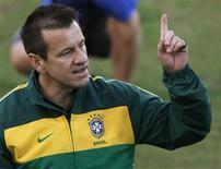 <p>Técnico da seleção Dunga pediu desculpas à torcida por declarações após o jogo contra a Costa do Marfim, no domingo, e se emocionou. REUTERS/Paul Hanna</p>