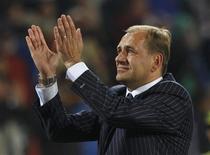 <p>Técnico eslovaco Vladimir Weiss comemora vitória sobre a Itália que classificou a seleção para as oitavas-de-final da Copa. REUTERS/Alessandro Bianchi</p>