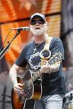 """<p>Foto de archivo del músico Gregg Allman durante el concierto """"Farm Aid"""", en Nueva York, sep 9 2007. El cofundador del grupo Allman Brothers Band Gregg Allman se sometió el miércoles a una cirugía de trasplante de hígado, obligando a la veterana banda a cancelar su presentación del sábado en el Festival Crossroads de Eric Clapton, cerca de Chicago. REUTERS/Lucas Jackson</p>"""