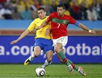 <p>Cristiano Ronaldo de Portugal e Lúcio da seleção brasileira disputam durante jogo pelo Grupo G da Copa do Mundo. Com o empate de 0 x 0, as duas equipes estão classificadas para as oitavas de final. REUTERS/Jose Manuel Ribeiro</p>