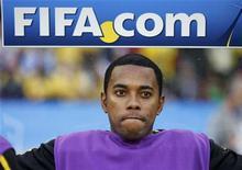 <p>Robinho fica no banco durante jogo do Grupo G contra Portugal em Durban. O técnico Dunga revelou nesta sexta-feira que Robinho sentiu uma dor muscular e por isso jogou na partida. 25/06/2010 REUTERS/Kai Pfaffenbach</p>