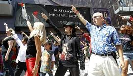 <p>A flash mob dances to a song of the late pop star Michael Jackson outside Madame Tussauds on the first anniversary of his death in Hollywood, California June 25, 2010. REUTERS/Mario Anzuoni</p>