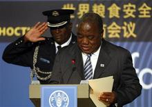 <p>An aide salutes as Zambia's President Rupiah Banda speaks at a U.N. Food and Agriculture Organisation (FAO) food security summit in Rome, November 16, 2009. REUTERS/Max Rossi</p>