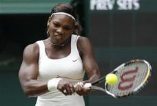 <p>Tenista norte-americana Serena Williams durante partida contra a eslovaca Dominika Cibulkova neste sábado em Wimbledon. REUTERS/Phil Noble</p>
